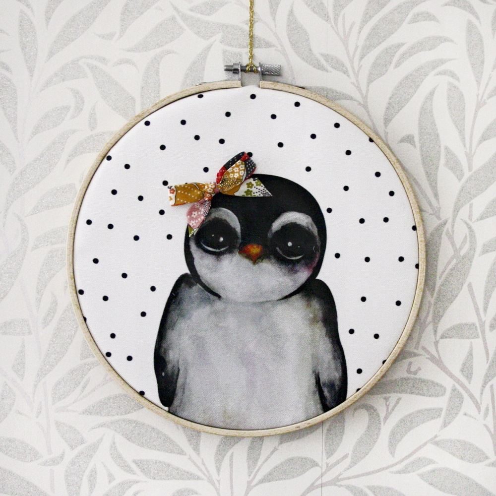 Prívesok retro tučniaka s farebnými pásky vzor