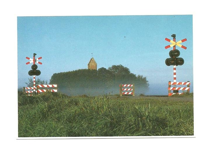 Pocztówka - Rogatki kolejowe z kościołem w tle ...