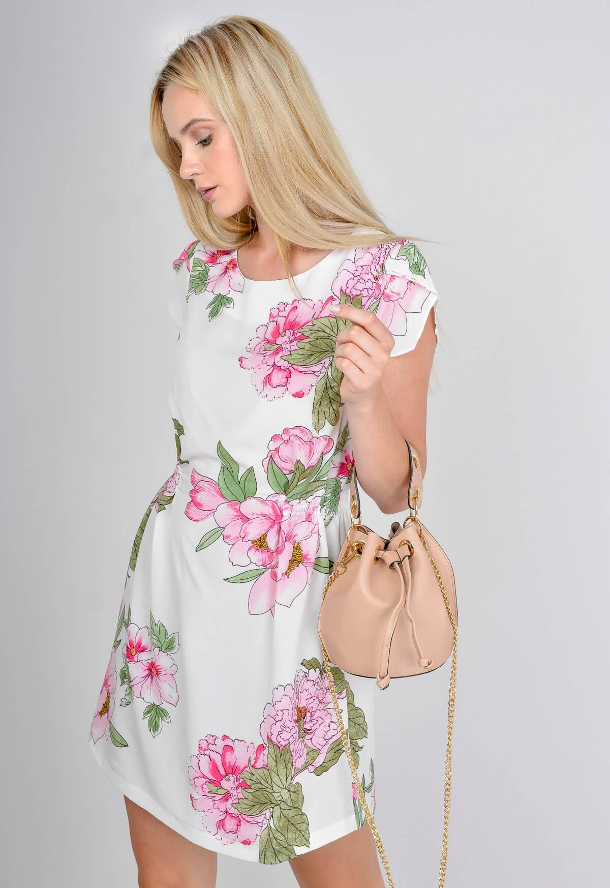 7a2347def4 Letnia sukienka w duże kwiaty ściągana w talii - 7399023050 ...