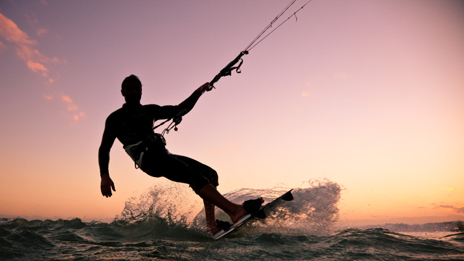 Trening wzmacniający dla entuzjasty kitesurfingu