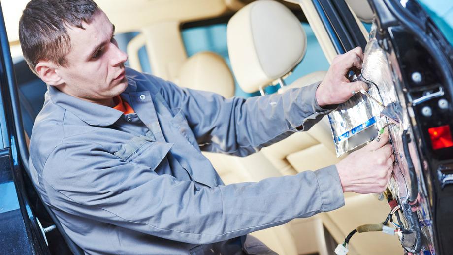 Podsufitka nie wystarczy – samochodowe maty wygłuszające