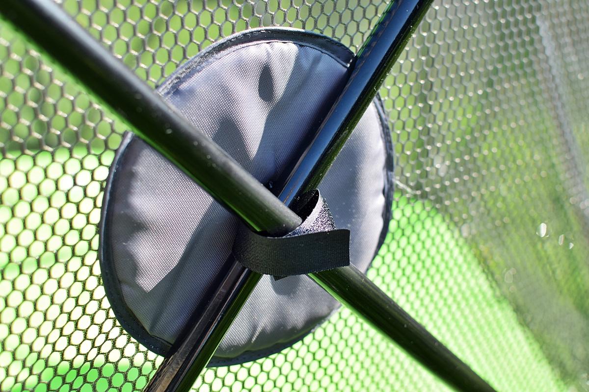 Obrázok 5 Suchý zips upevňujúci sieť k rámu